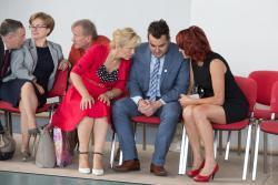 Posłanka Bernadeta Krynicka i Bogumiła Olbryś pocieszają prezydenta Mariusza CHrzanowskigo po ogłoszeniu, że kandydatem PIS na prezydencki fotel będzie Agnieszka Muzyk.