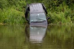 Auto zjechjało do rzeki i popłynęło.