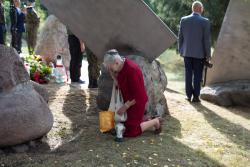Obchody Dnia Sybiraka i 79. rocznicy napadu Rosji sowieckiej na Polskę. Sybiraczka Irena Boryszewska ze łzami podpala świeczkę i stawia pod pomnikiem ku czci i pamieci wywiezionym na Sybir, a obok oficjalne delegacje.