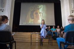 Aleksandra Przesław, aktorka w swoim liceum spotkała się z młodszymi koleżankami i kolegami.