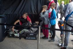 Kolejka chłopców do symulatora wyścigów na jubileuszu WORDu.