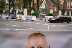 Plaga banerów wyborczych w pasie drogowym.