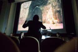 """Klasyczny film niemy """"Golem"""" w Centrum Kultury przy Szkołach Katolickich. Muzyką graną na żywo dopełniła go orkiestra Filharmonii Kameralnej im. Witolda Lutosławskiego pod dyrekcją włoskiego maestro Alessandro Calcagnile. Jako solistka zagrała rodaczka dyrygenta, pianistka Rossella Spinosa, autorka nowej muzyki nie tylko do """"Golema"""", ale również do ponad 90 innych klasyków kina niemego."""