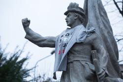 Stylista grasuje w mieście i nakłada koszulki z napisem Konstytucja. Wcześniej zrobił to Hance Bielickiej a w grudniu wspiął się na pomnik Stacha Konwy, który grożnie zaciska pięść.  Wybitny polski językoznawca, profesor Jerzy Bralczyk uznał słowo Konstytucja słowem 2018 roku.