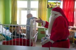Mikołaj z prezentami od Bony na oddziale dziecięcym szpitala.